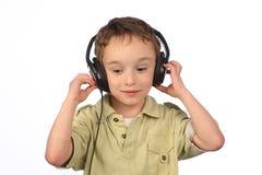 Jongen die aan muziek op witte achtergrond luisteren Stock Fotografie