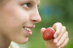 Jongen die aardbeien eet Royalty-vrije Stock Foto's