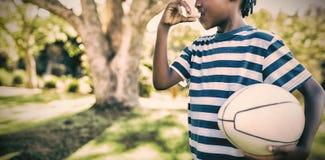 Jongen die astmainhaleertoestel in het park met behulp van royalty-vrije stock fotografie
