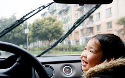 Jongen die auto regen-borstel bekijkt Stock Fotografie