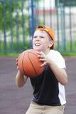 Jongen die bal gaat werpen Royalty-vrije Stock Fotografie
