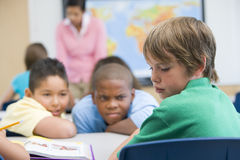 Jongen die in basisschool wordt geïntimideerda Stock Foto's