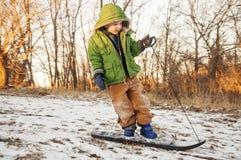 jongen die bergaf snowboarding stock fotografie