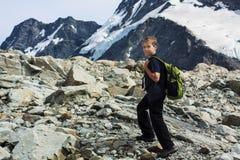 Jongen die in bergen wandelen Stock Fotografie