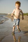 Jongen die bij het strand lopen Royalty-vrije Stock Afbeelding
