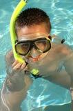 Jongen die bij het strand snorkelt Stock Foto