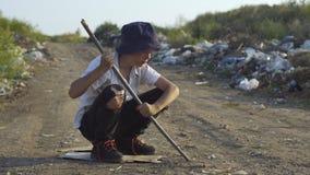 Jongen die bij onwettige stortplaats buigen stock videobeelden
