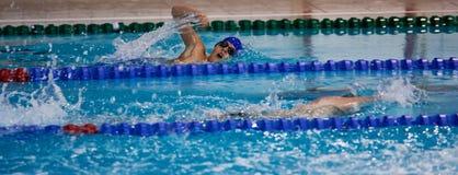 Jongen die bij sportpool zwemmen stock foto's