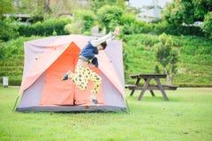 jongen die binnen de tent in het park leven Stock Foto's
