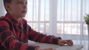 Jongen die computer thuis met behulp van emoties stock videobeelden