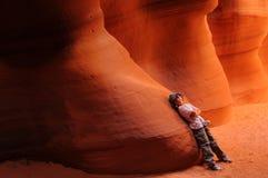 Jongen die in de Canion van de Antilope rust Stock Fotografie