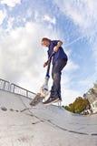 Jongen die in de lucht met een autoped gaat Royalty-vrije Stock Fotografie