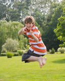 Jongen die in de Lucht springt Royalty-vrije Stock Afbeelding