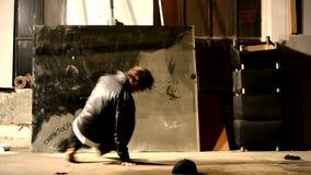 Jongen die in de oude zaal dansen stock videobeelden