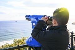 Jongen die de stadstrog een camera kijken royalty-vrije stock foto
