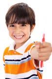 Jongen die de tandenborstel toont stock afbeelding