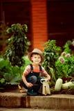 Jongen die in de tuin werkt Stock Afbeeldingen
