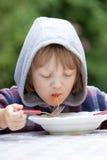 Jongen die Deegwaren eten stock afbeeldingen