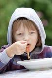 Jongen die Deegwaren eten stock afbeelding