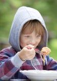 Jongen die Deegwaren eten royalty-vrije stock afbeeldingen