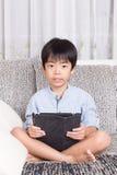 Jongen die digitale tablet spelen Stock Foto