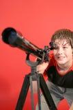 Jongen die door telescoop kijkt Stock Afbeeldingen