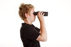 Jongen die door verrekijkers kijkt Royalty-vrije Stock Afbeelding