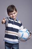 Jongen die een bal houden Stock Fotografie