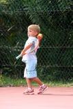 Jongen die een bal werpt Stock Foto's