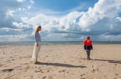 Jongen die een ballonhart houden aan zijn moeder Stock Fotografie
