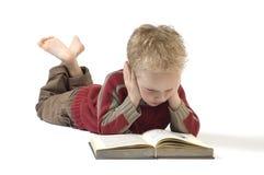 Jongen die een boek 4 leest Stock Foto's