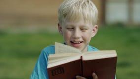 Jongen die een boek lezen stock footage