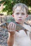 Jongen die een dode vis houden Royalty-vrije Stock Fotografie