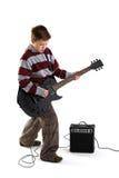 Jongen die een elektrische geïsoleerdeg gitaar speelt Stock Afbeelding