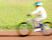 Jongen die een fiets berijdt Royalty-vrije Stock Foto's