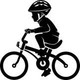 Jongen die een fiets berijdt Stock Foto's