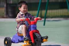 Jongen die een fiets gelukkig berijdt stock fotografie