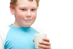 Jongen die een glas melk drinken Royalty-vrije Stock Afbeelding