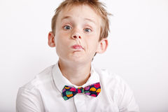 Jongen die een grappige uitdrukking maakt Stock Foto's