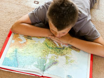 Jongen die een kaart bestudeert Stock Foto