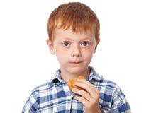 Jongen die een koekje eet royalty-vrije stock foto's