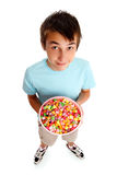 Jongen die een kom voedsel houdt royalty-vrije stock afbeelding