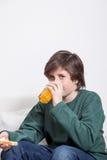 Jongen die een oranjesap drinken Royalty-vrije Stock Foto's