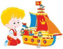 Jongen die een stuk speelgoed schip spelen Royalty-vrije Stock Foto