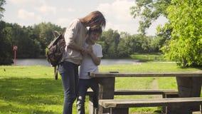 Jongen die een tablet in een park spelen stock footage