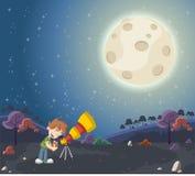 Jongen die een telescoop gebruiken om de maan te bekijken Stock Afbeeldingen