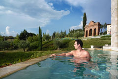 Jongen die een thermisch bad in green van Toscanië heeft Royalty-vrije Stock Afbeeldingen