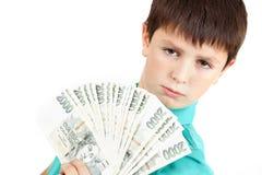 Jongen die een ventilator van Tsjechische kroonbankbiljetten houden Stock Foto's