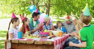 Jongen die een verjaardagspartij met familie hebben stock footage