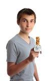Jongen die een voedingssnackbar houdt royalty-vrije stock foto